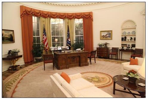 """אפילו נשיא ארה""""ב מוותר על שולחן העץ המפורסם שלו כחוצץ בינו לבין אורחיו וניגש ל""""סלון"""" שבמרכז החדר"""